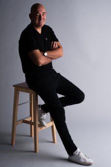 fekete nadrág és póló
