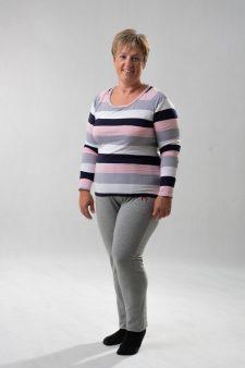 egyenes szürke pamut nadrág púder csíkos pólóval